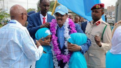 Photo of (Daawo Sawirro) Madaxweyne Farmaajo oo Ubax dhigay taalada Daljirka dahsoon, khudbadna ka jeediyey