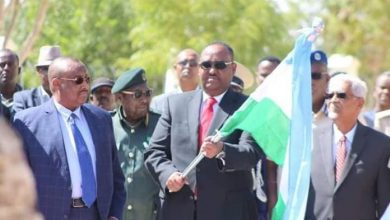 Photo of New Puntland President Takes Office From His Predecessor