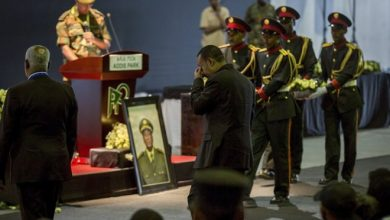 Photo of Ethiopian leader sobs at service for slain military chief