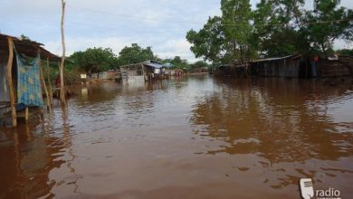 Photo of Somali families up to their waists in water in flooded homes in Afgoye