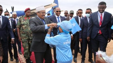Photo of Farmajo Recives A Cordial Welcome As He Touches Down In Galmudug